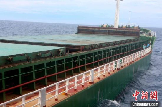 图为涉嫌非法运载海砂的砂船。海警 供图