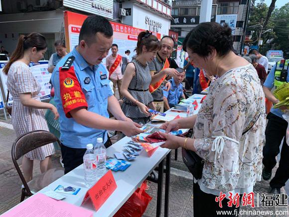 福鼎车站派出所联合地方开展扫黑除恶集中宣传活动
