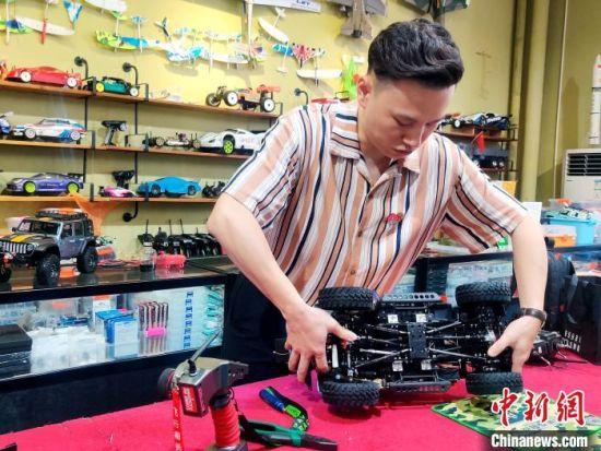 江凯与他的遥控模型仿真车。 叶秋云 摄
