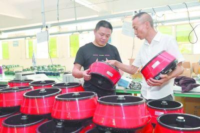 图为近日,德化德瓷生活科技有限公司负责人与电子工程师正在调试自主研发的陶瓷蒸汽锅。游庆辉 连江水 摄