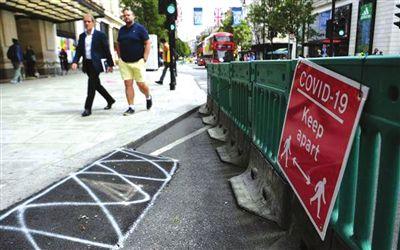 ▲6月16日在英国伦敦牛津街拍摄的提示人们保持社交距离的告示。
