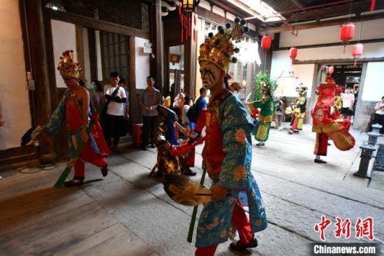 """活动上,一群""""00后""""青年带来了八家将舞蹈表演。 吕明 摄"""
