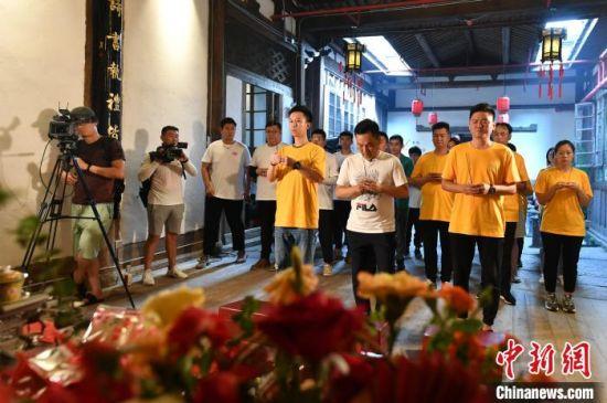 福州会场,与会人员按传统祝寿献供科仪向关帝举行祝寿祈福仪式。 吕明 摄