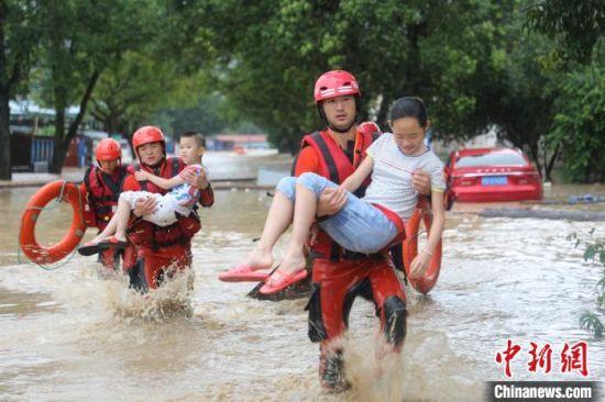 图为消防人员救援受困民众。消防供图