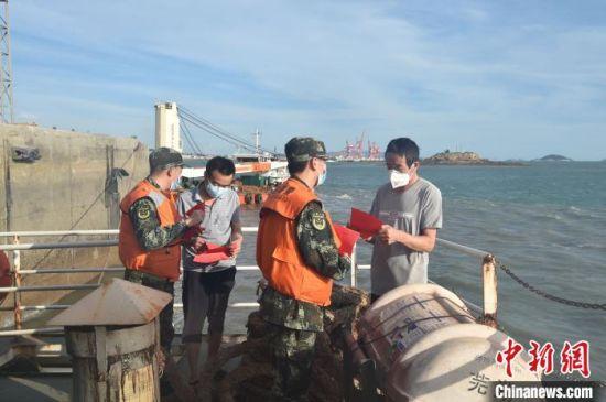 连日来,福建平潭海警局与海事、警方等涉海部门共同执法,打击海上偷渡入境行为。供图