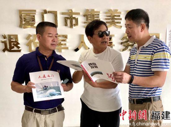 黄文津向当地双拥办捐赠一批新出版的地方文献。