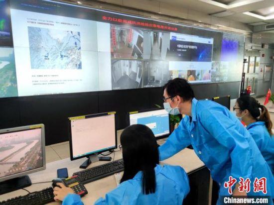 厦门电信员工进行紧急资源核查与网管数据配置。 厦门电信供图
