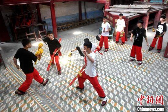 """在福建省福州市仓山区盖山镇叶厦村福极圣宫内,""""00后""""青年正在练习八家将舞蹈。 吕明 摄"""