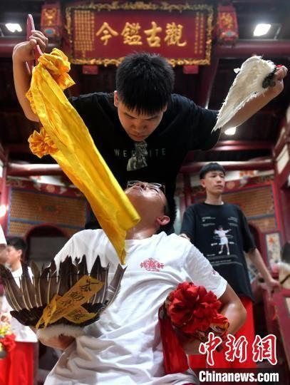 """在福州市仓山区盖山镇叶厦村福极圣宫内,一群""""00后""""青年正在练习八家将舞蹈。 吕明 摄"""