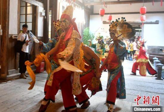 """在7月4日举行的""""神彩飞扬,追梦未来""""闽台青年信俗文化季活动上,这群""""00后""""青年带来了八家将舞蹈表演。 吕明 摄"""