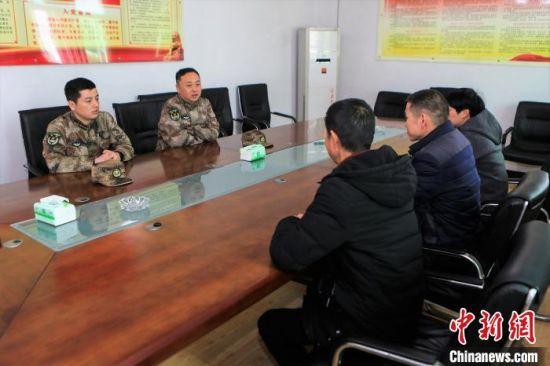 图为部队领导与镇村干部座谈了解村情。东部战区73集团军 供图