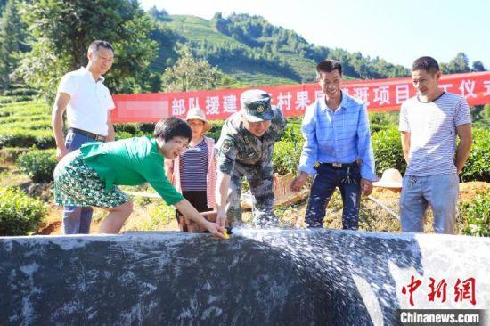 图为果园灌溉项目竣工。东部战区73集团军 供图