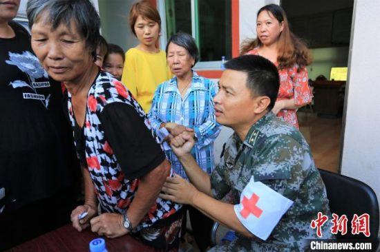 图为部队到村里开展义诊活动。东部战区73集团军 供图