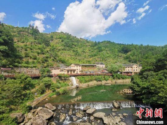 """1991年,下党乡第一条公路建设完成,打破了""""五无乡""""的历史。"""" 郑江洛 摄"""