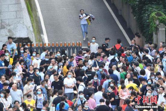 资料图:7月8日,重庆育才中学考点,考生结束考试后跑出考场。 中新社记者 陈超 摄