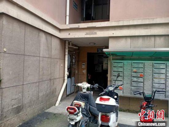 失踪女子所住楼的单元门。 胡丁于 摄