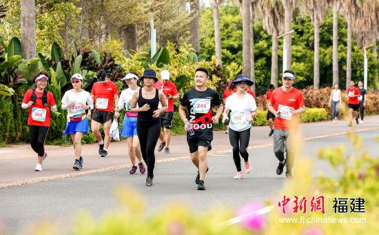 350名跑者在最美马拉松赛道中轻松起跑。