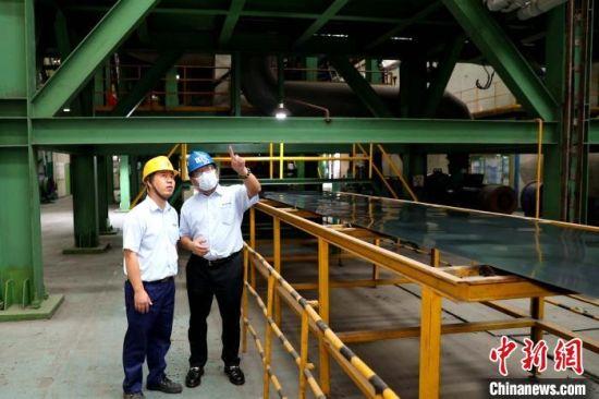 来大陆拓展事业22年的台商陈富泽(右)对在大陆发展充满信心。 李思源 摄