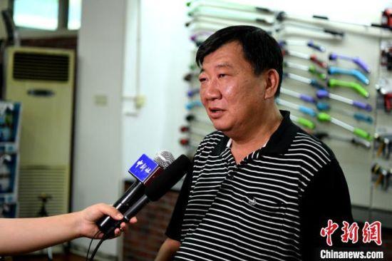 """漳州仂元工业有限公司总经理郭文义也是较早""""登陆""""创业的台商之一,他说,现今企业扩大大陆市场,开拓电商销售。 王东明 摄"""