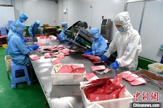 台企云霄阳弘生物科技有限公司专注果脯蜜饯加工,以前产品90%出口,现90%在大陆电商平台销售。 王东明 摄