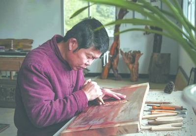 李国平进行建本雕刻。受访者供图