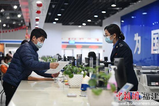 疫情期间,福建省税务部门积极简化办税流程,为纳税人复产复工提供更加便捷优质的服务。 徐琬婷 摄