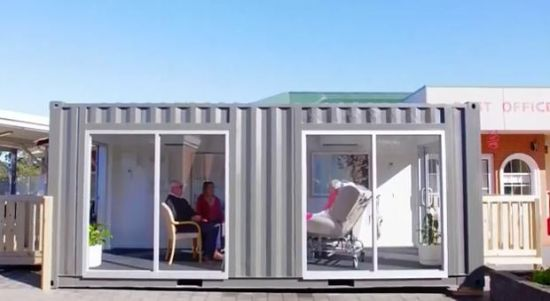 """新冠疫情之下,为保护养老院老人的安全,澳大利亚维州一家养老院搭建特殊""""探视舱""""。图片来源:养老院在社交媒体上发布的视频截图。"""
