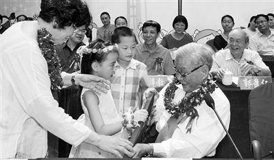 ▲2017年6月1日,培文丽馨实验幼儿园举行建园20周年纪念活动,小朋友向施金城先生献花。
