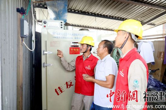 供电部门配套对供电设施进行增容改造,来满足增长的用电负荷需求。唐伟 摄