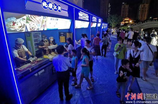 美食吸引市民前来驻足品尝。