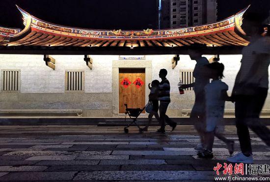 市民在闽南水乡古厝前徜徉漫步。