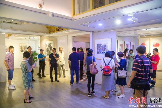 展览吸引众多艺术爱好者前来观看。