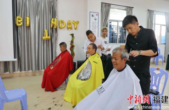 漳州开发区居家养老服务中心为社区老人组织义剪活动