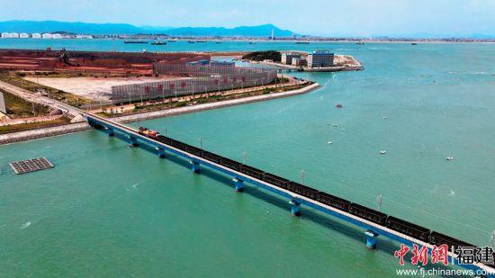 图为铁路货运专列正前往莆田罗屿港装运万吨巨轮运来的煤炭、铁矿石等物资。