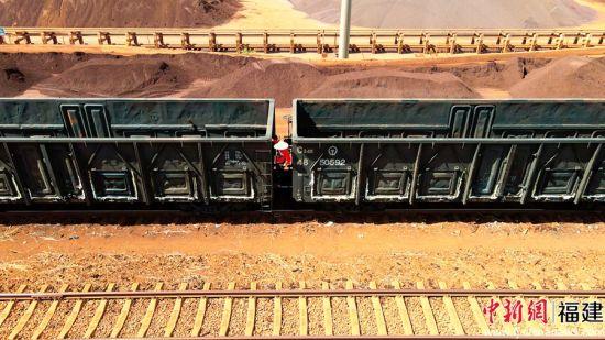 图为调车长马跃飞正在进行上闸作业,保证列车安全在港装载煤炭和铁矿石。