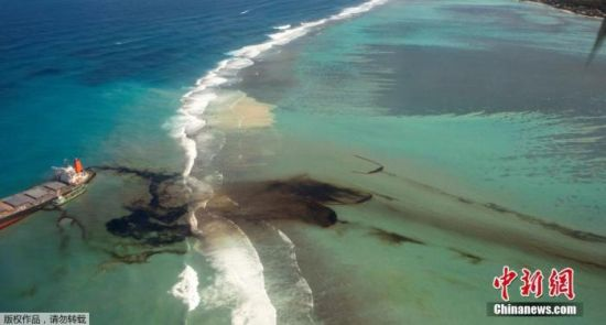 当地时间8月10日,日本货轮搁浅在毛里求斯近海,黑色重油漂浮在海面。