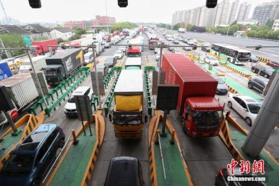 资料图:上海高速入城方向的车流。 张亨伟 摄