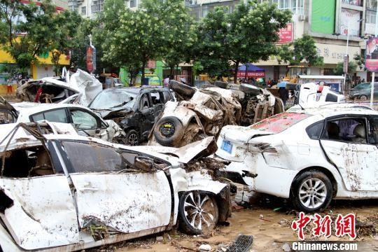 绥德街头的受损汽车。 田进 摄