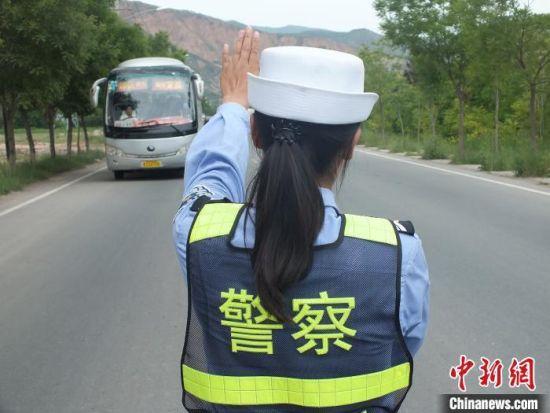 图为交通警察巡逻检查车辆。(资料图) 史静静 摄