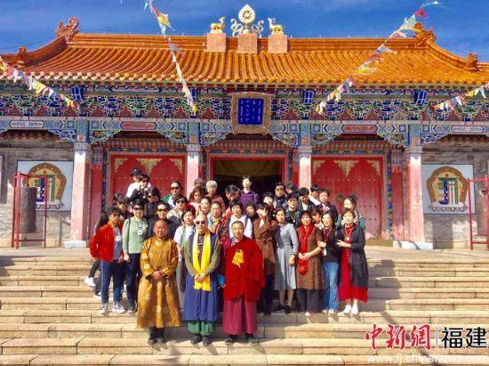 敖日格乐法师与悟演法师率领的福建佛教团全体成员合影留念。