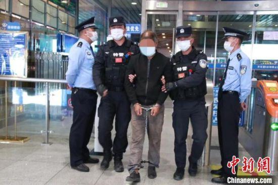 图为青海互助警方将命案犯罪嫌疑人祁生某押解回青海。互助县公安局供图