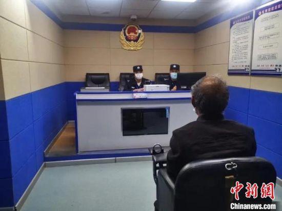 图为青海互助警方对命案犯罪嫌疑人祁生某进行审讯。互助县公安局供图