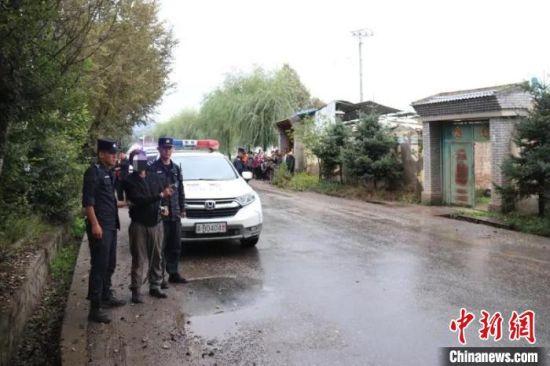 图为青海互助警方带命案犯罪嫌疑人祁生某进行作案现场指认。互助县公安局供图
