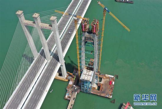 施工中的新建福厦铁路泉州湾跨海大桥南岸主塔(9月15日,无人机照片)。 当日,新建福(州)厦(门)铁路泉州湾跨海大桥南岸主塔成功封顶。该跨海大桥是新建福厦铁路重点控制性工程,全长约20公里,海上桥梁长约9公里。新建福厦铁路设计时速350公里,预计2022年通车。 新华社记者 林善传 摄