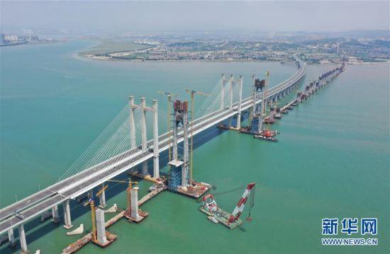 施工中的新建福厦铁路泉州湾跨海大桥南岸主塔(画面左下,9月15日摄,无人机照片)。 当日,新建福(州)厦(门)铁路泉州湾跨海大桥南岸主塔成功封顶。该跨海大桥是新建福厦铁路重点控制性工程,全长约20公里,海上桥梁长约9公里。新建福厦铁路设计时速350公里,预计2022年通车。 新华社记者 林善传 摄
