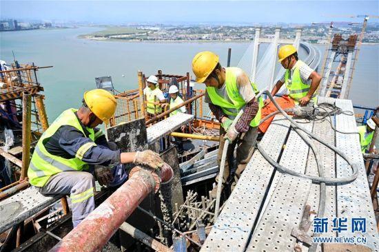 9月15日,施工人员在新建福厦铁路泉州湾跨海大桥南岸主塔塔顶浇筑混凝土。 当日,新建福(州)厦(门)铁路泉州湾跨海大桥南岸主塔成功封顶。该跨海大桥是新建福厦铁路重点控制性工程,全长约20公里,海上桥梁长约9公里。新建福厦铁路设计时速350公里,预计2022年通车。 新华社记者 林善传 摄