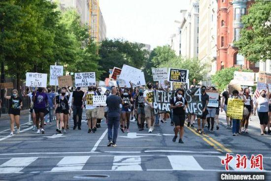 资料图:当地时间7月4日,美国华盛顿街头的反种族歧视示威者。 中新社记者 陈孟统 摄