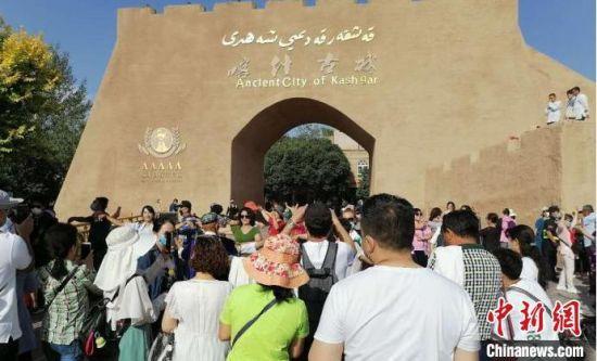 图为中国5A级旅游景区喀什古城每天举行入城仪式。 张欢 摄