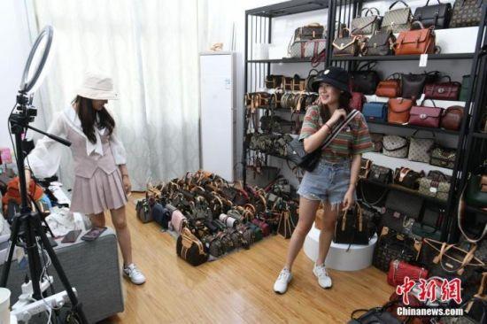 资料图:主播在店铺内通过线上直播销售商品。中新社记者 韩苏原 摄