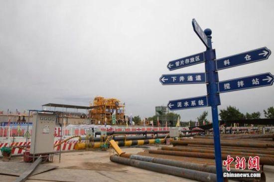 资料图:一处热电联产集中供热管网建设项目正在有序施工中。 中新社记者 杨迪 摄